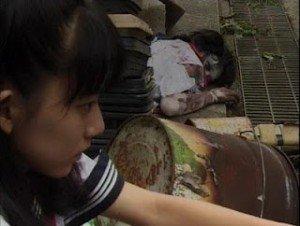 Kanna acecha a su compañera.