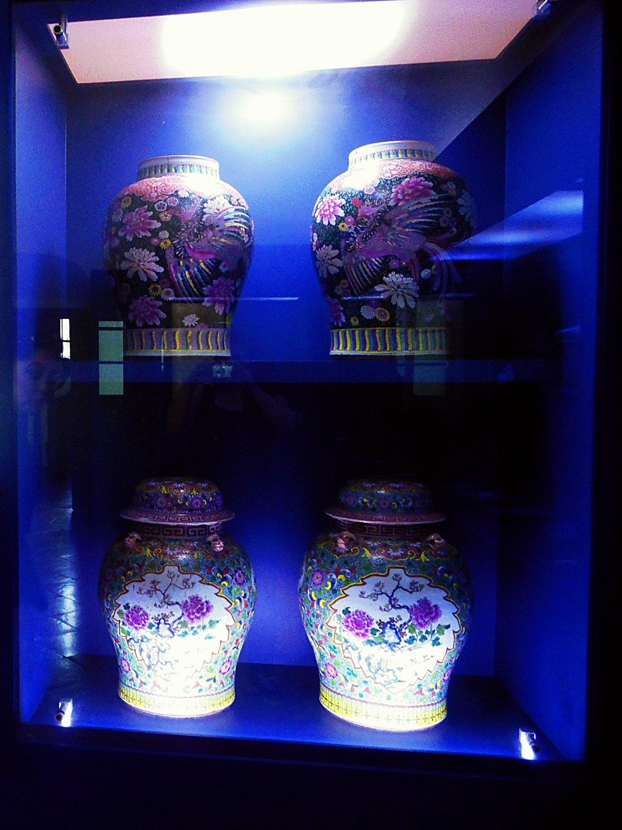 Ejemplos de las delicadas porcelanas que se exhiben.